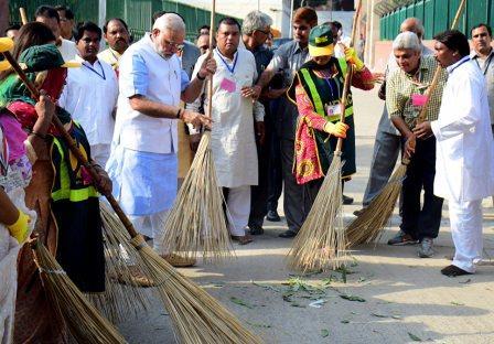 Осенью 2014-го мировые издания вышли сфотографиями недавно избранного премьер-министра Индии Нарендры Моди сметлой вруках