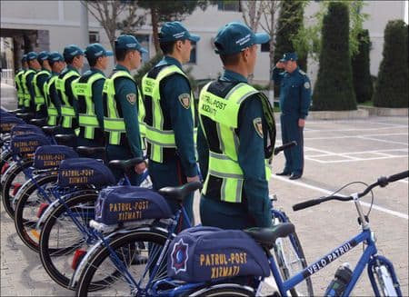 Милиция Намангана рассекает по городу на велосипедах