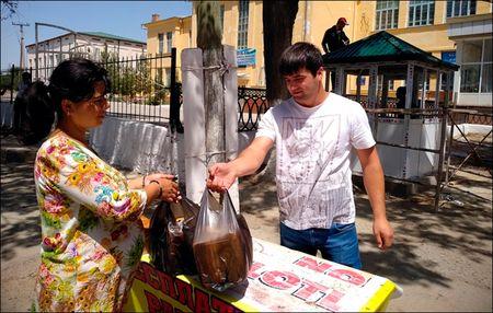 Cамар Махмудов делится хлебом даром