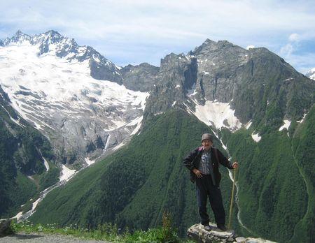 Вид со склона Муса-Ачитара на Джугутурлучат (3896 м), его ледник и водопад, и на склоны, поросшие пихтовым лесом.