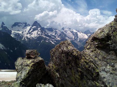 Вид на пик Ине (3456 м) и Главный Кавказский хребет с хребта Муса-Ачитара.