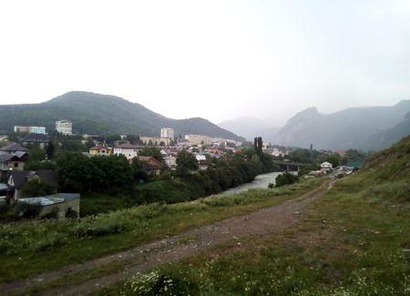 Западная часть Карачаевска в долине реки Теберды (вид с севера на юг)
