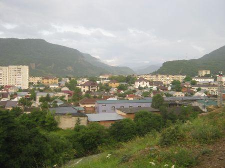 Вид центральной части города и склона горного хребта Айырган, служащего водоразделом между Кубанью и Тебердой, и разделяющего Карачаевск на две половины, как у буквы «Л»