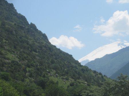 Вид вечноснежного склона Минги-тау