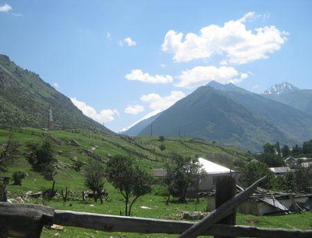 Вид на склон хребта Енукол, на ледниковый склон Уллучиран горы Эльбрус (Минги-тау), на горы Кёпурлибаши (3395 м) и Кебек-Джиринбаши (3525 м)