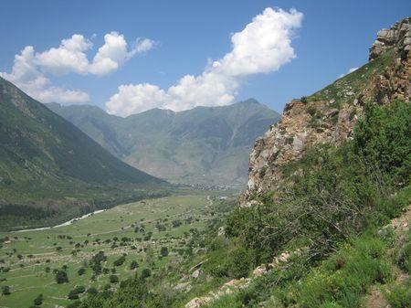 Вид на долину Кубани. На дальнем плане у подножия горы Ныхытбаши (2959 м) аул Учкулан (нижний)