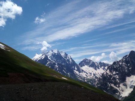 Вид на вершину горы Домбай-ульген (4046 м) со склона хребта Муса-Ачитара.