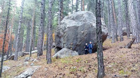Друзья у огромного камня, который они назвали Слон-камень - Филь-таш.
