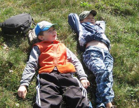 Как здорово отдохнуть на весенней травке!