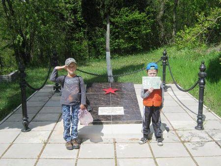 Друзья у памятника партизанам в районе посёлка Олива (Мухалатка)