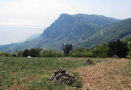 Вид на гору Форос (639 метров над уровнем моря), Форосскую церковь и Байдарский проход