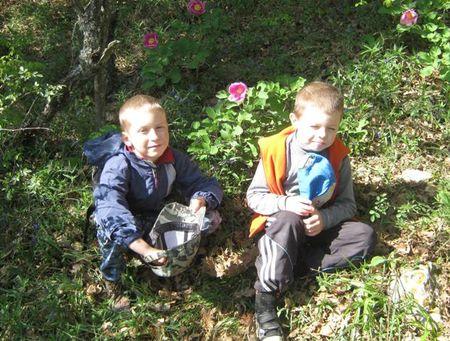 Экспедиция близится к завершению. Друзья около цветущих пионов триждытройчатых.