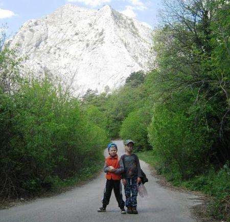 Асан-акай и Вова-акай на старой дороге. На заднем плане гора Мердвен кая (688 метров над уровнем моря)