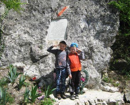 Вова-акай и Асан-акай у памятника крымским партизанам