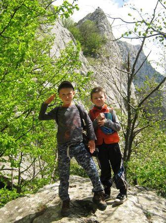 Друзья бодро шагают вверх на перевал