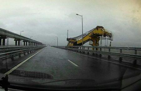 Плавучий кран повредил Крымский мост