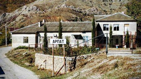 Перед въездом в Арпат (ныне с. Зеленогорье)
