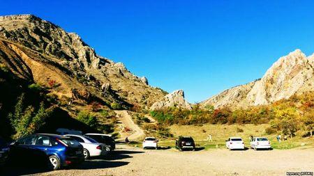 К подножию гор съехались туристы, чтобы полюбоваться местными красотами