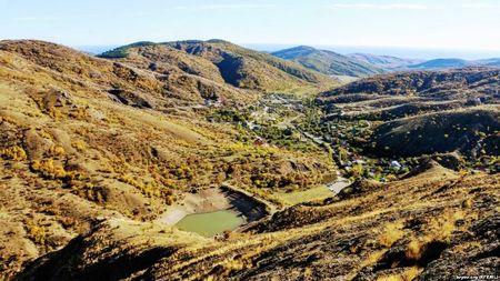 Вид на озеро Панагия с высоты крымских гор