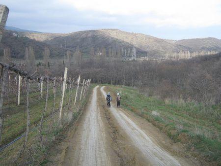 Друзья бодро шагают мимо виноградников к речке Улу-Узен, перед которой находится памятник Азиз-Баба