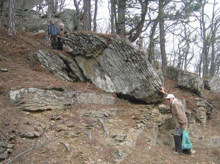 Друзья и дед Нурфет изучают геологическую историю камня