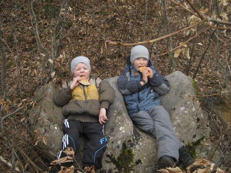 Друзья присели на двухместном каменном кресле