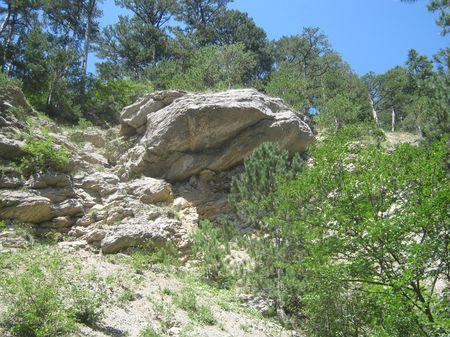 Над руслом речки Бала нависают такие вот камни