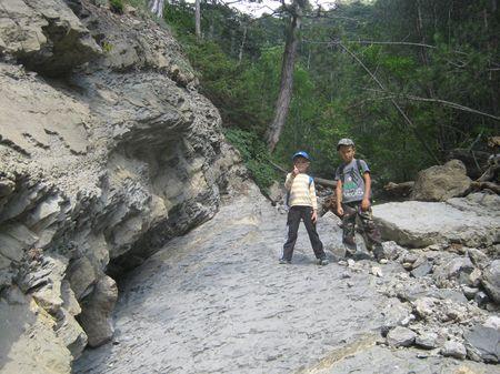 Эту плоскость в подножии скалы промыли речные воды