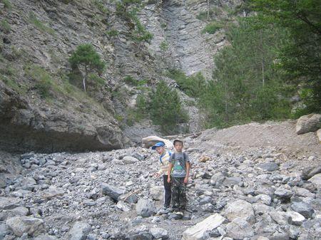 В половодье здесь проносятся сокрушительные водные потоки, а сейчас здесь одни сухие камни