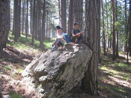 Хорошо присесть на минутку на большом камне