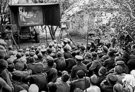 Рустем Хайрединов крутил кино для бойцов дивизии