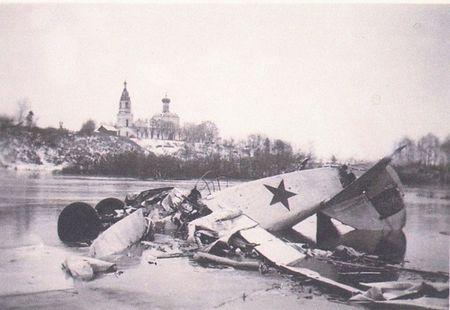 Российские поисковики обнаружили снимок из фотоальбома 10-й танковой дивизии Вермахта, которая наступала на московском направлении осенью-зимой 1941-го. На фото – разбитый многоцелевой биплан Р-5 со звездой, лежащий на ледяной глади, а позади, на косогоре, церквушка с колокольней.