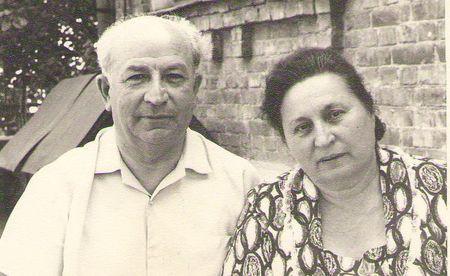 Отец умер в 1988 г, прожив 76 лет, а мать - в 1999 г, прожив 86 лет.