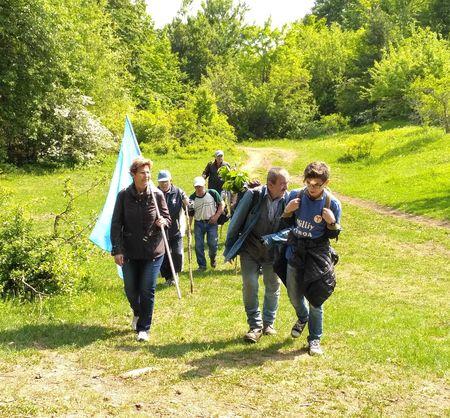 Первая половина пути благоприятствовала походу — было не жарко, сквозь тучи участников группы согревало теплое майское солнце.