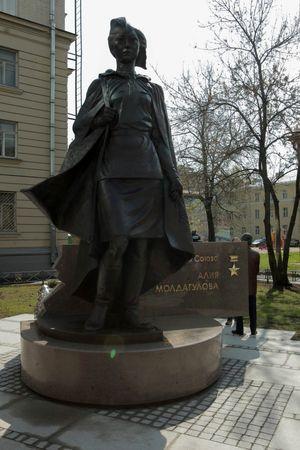 В Питере установили памятник Алие Молдагуловой