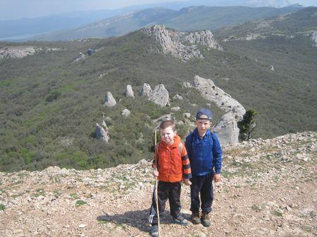 На дальнем плане группа скал Тишлер, скала Биюк Тиш, гора Мачук и часть Байдарской яйлы