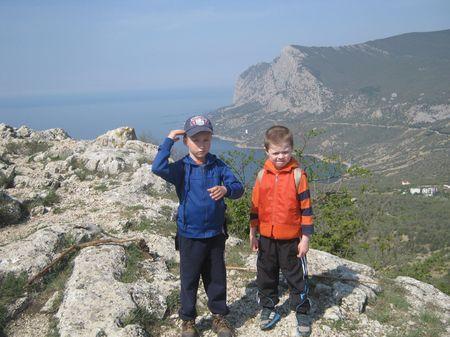 Друзья осматривают залив Батилиман (Западный залив) и гору Куш-кая