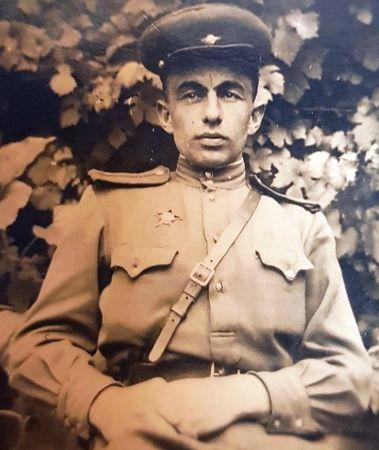1 января 1941 г. был призван в ряды Красной Армии.