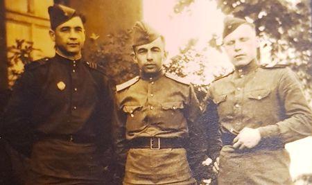 До 15 января 1943 г. проходил обучение в военном училище в Уфе. Оттуда был направлен на фронт командиром взвода зенитной артиллерии.