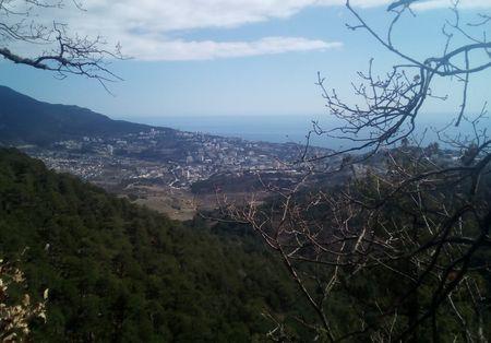 Внизу видны город и море