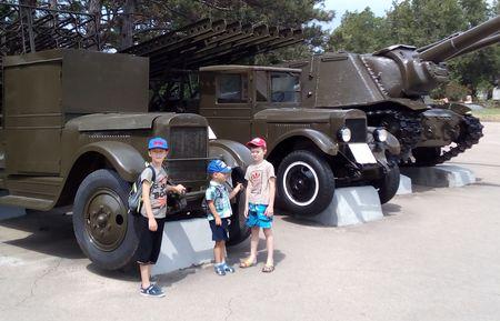 Друзья у военных автомобилей