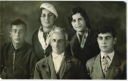 Абдуль Тейфук с семьей (брат Али, сестра Лютфие, дядя Тейфука, предположительно, сестра Фатма).