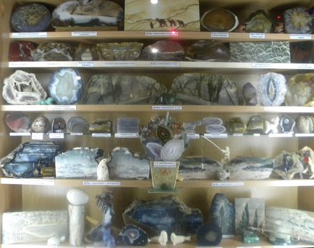 Хранитель музея Кулиш Александр Григорьевич рассказывает и показывает