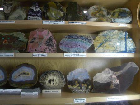 В экспозиции музея внимание посетителей прежде всего обращено на природную красоту камней.