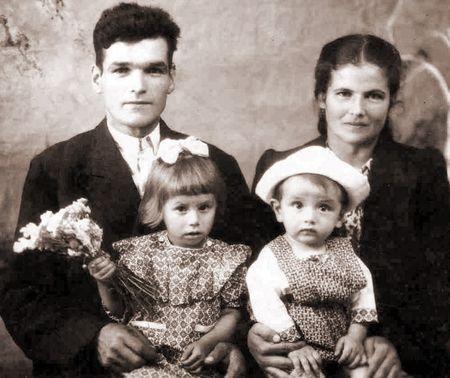 Эйип Аблаев и Анифе Чарух с дочкой Медине и сыном Мустафой, 1952 г.