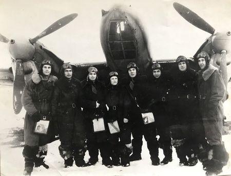 Лётчики 5-й гвардейской бомбардировочной авиационной Оршанской Краснознамённой дивизии. Второй слева – старший сержант Раиф Абибулаев. 1945 г.