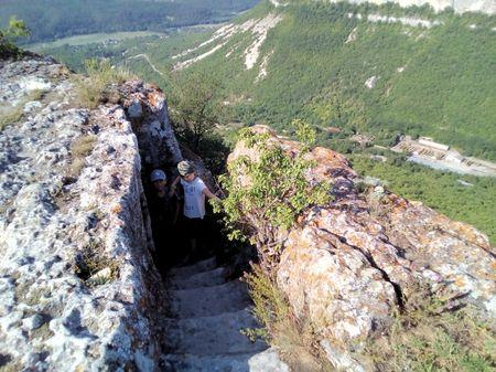 Осмотр одной из пещер над западным обрывом. На заднем плане склон горы Къыз Кермен, часть долины реки Кача и с. Татаркой (ныне с. Машино)