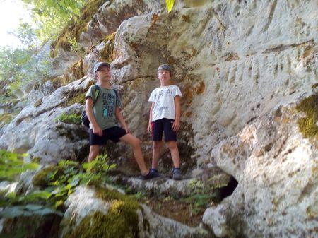 Друзья подошли к нижнему скальному обрыву