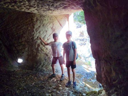 Они с любопытством зашли в одну из нижних пещер и осмотрели её