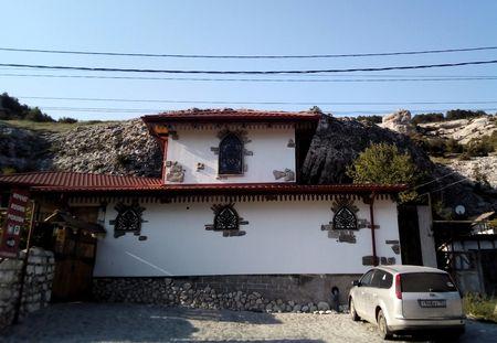 Все члены экспедиции согласились с тем, что это замечательный пример того, как должны выглядеть здания на главной улице Бахчисарая, ведущей в исторический центр Салачик.